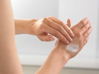 Нанесение лекарства на кожу