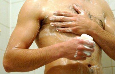 Принятие душа с мылом