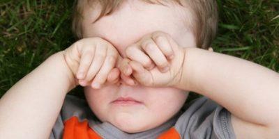 Ребенок трет руками глаза