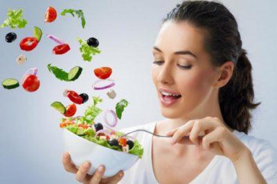 Девушка с салатом