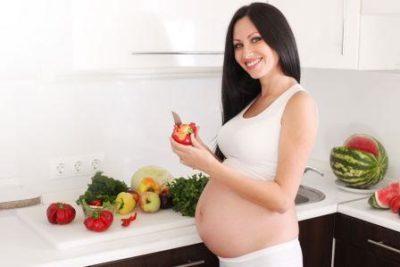 Беременная на кухне